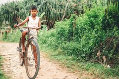 Weligama Sri Lanka, Grudzień, - 21, 2017: Mały bosy chłopiec st Fotografia Stock