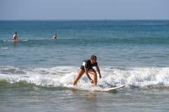 WELIGAMA SRI LANKA - JANUARI 09 2017: Oidentifierat surfa för man Royaltyfri Bild
