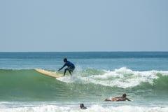 WELIGAMA SRI LANKA - JANUARI 09 2017: Oidentifierat surfa för man Royaltyfria Bilder