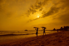 WELIGAMA, SRI LANKA - 12 JANVIER 2017 : Surfi non identifié de couples Photographie stock