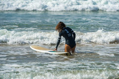 WELIGAMA, SRI LANKA - 9 JANVIER 2017 : Surfin non identifié de femme Photographie stock libre de droits
