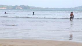 WELIGAMA, SRI LANKA - MÄRZ 2014: Ansicht des Ozeans in Weligama mit den Leuten, welche die Wellen genießen Der Ausdruck Weligama  stock footage