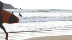 WELIGAMA, SRI LANKA - MÄRZ 2014: Ansicht des Ozeans in Weligama mit den Leuten, welche die Wellen genießen Der Ausdruck Weligama  stock video