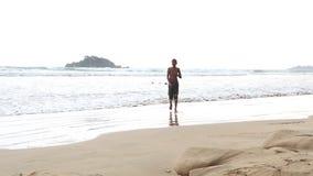 WELIGAMA, SRI LANKA - MÄRZ 2014: Ansicht des Ozeans in Weligama mit den Leuten, welche die Wellen genießen Der Ausdruck Weligama  stock video footage