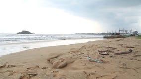 WELIGAMA, SRI LANKA - MÄRZ 2014: Ansicht des Strandes in Weligama mit den Leuten, welche die Wellen genießen Der Ausdruck Weligam stock video footage