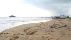 WELIGAMA, SRI LANKA - MÄRZ 2014: Ansicht des Strandes in Weligama mit den Leuten, welche die Wellen genießen Der Ausdruck Weligam stock video
