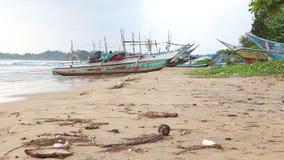 WELIGAMA, SRI LANKA - MÄRZ 2014: Ansicht von hölzernen Fischerbooten auf Strand Der Ausdruck Weligama bedeutet buchstäblich 'sand stock footage