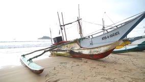 WELIGAMA, SRI LANKA - MÄRZ 2014: Ansicht von hölzernen Fischerbooten auf Strand Der Ausdruck Weligama bedeutet buchstäblich 'sand stock video footage