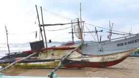 WELIGAMA, SRI LANKA - MÄRZ 2014: Ansicht von hölzernen Fischerbooten auf Strand Der Ausdruck Weligama bedeutet buchstäblich 'sand stock video