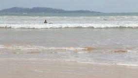 WELIGAMA, SRI LANKA - MÄRZ 2014: Ansicht von Surfern im Ozean in Weligama Der Ausdruck Weligama bedeutet buchstäblich 'sandiges D stock video