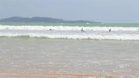 WELIGAMA, SRI LANKA - MÄRZ 2014: Ansicht von Surfern im Ozean in Weligama Der Ausdruck Weligama bedeutet buchstäblich 'sandiges D stock footage