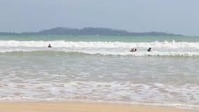 WELIGAMA, SRI LANKA - MÄRZ 2014: Ansicht von Surfern im Ozean in Weligama Der Ausdruck Weligama bedeutet buchstäblich 'sandiges D stock video footage