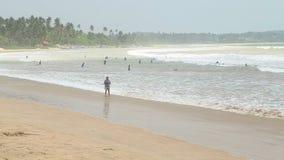 WELIGAMA, SRI LANKA - MÄRZ 2014: Ansicht von Touristen auf Strand in Weligama Weligama bedeutet buchstäblich 'sandiges Dorf' das  stock video footage