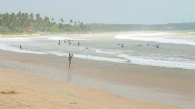 WELIGAMA, SRI LANKA - MÄRZ 2014: Ansicht von Touristen auf Strand in Weligama Weligama bedeutet buchstäblich 'sandiges Dorf' das  stock video