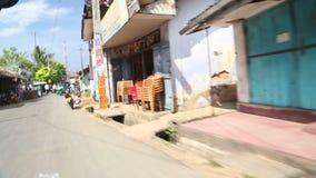 WELIGAMA, SRI LANKA - MÄRZ 2014: Binnenverkehr vom tuktuk in Weligama Der Ausdruck Weligama bedeutet buchstäblich 'sandiges Dorf' stock video footage