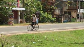 WELIGAMA, SRI LANKA - MÄRZ 2014: Binnenverkehr in Weligama Der Ausdruck Weligama bedeutet buchstäblich 'sandiges Dorf' das auf si stock video footage