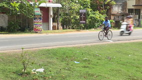 WELIGAMA, SRI LANKA - MÄRZ 2014: Binnenverkehr in Weligama Der Ausdruck Weligama bedeutet buchstäblich 'sandiges Dorf' das auf si stock footage