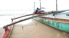 WELIGAMA, SRI LANKA - MÄRZ 2014: Boot auf dem Strand in Weligama Der Ausdruck Weligama bedeutet buchstäblich 'sandiges Dorf' das  stock footage