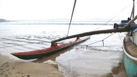 WELIGAMA, SRI LANKA - MÄRZ 2014: Boot auf dem Strand in Weligama Der Ausdruck Weligama bedeutet buchstäblich 'sandiges Dorf' das  stock video