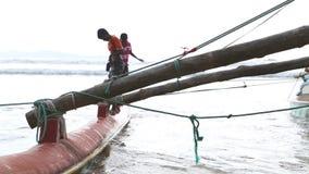WELIGAMA, SRI LANKA - MÄRZ 2014: Boot in Weligama mit den lokalen Jungen, die herum spielen Der Ausdruck Weligama bedeutet buchst stock video