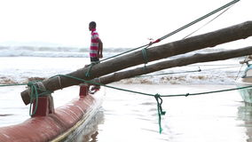 WELIGAMA, SRI LANKA - MÄRZ 2014: Boot in Weligama mit den lokalen Jungen, die herum spielen Der Ausdruck Weligama bedeutet buchst stock video footage