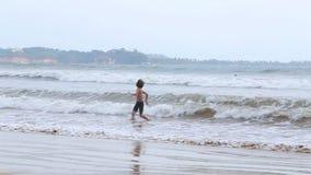 WELIGAMA, SRI LANKA - MÄRZ 2014: Die Ansicht des Ozeans in Weligama mit einem Kind, welches die Wellen genießt Der Ausdruck Welig stock video footage