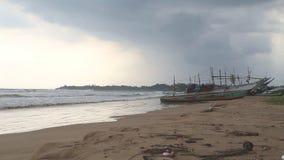 WELIGAMA, SRI LANKA - MÄRZ 2014: Die Ansicht eines Strandes in Weligama Der Ausdruck Weligama bedeutet buchstäblich 'sandiges Dor stock video
