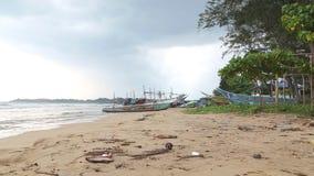 WELIGAMA, SRI LANKA - MÄRZ 2014: Die Ansicht eines Strandes in Weligama Der Ausdruck Weligama bedeutet buchstäblich 'sandiges Dor stock footage