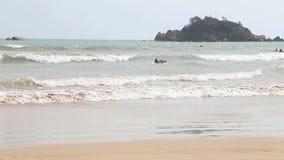 WELIGAMA, SRI LANKA - MÄRZ 2014: Die Ansicht eines Surfers im Ozean in Weligama Der Ausdruck Weligama bedeutet buchstäblich 'sand stock video footage