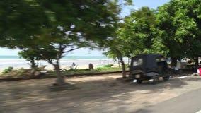 WELIGAMA, SRI LANKA - MÄRZ 2014: Küstenansicht von beweglichem tuktuk in Weligama Der Ausdruck Weligama bedeutet buchstäblich 'sa stock footage