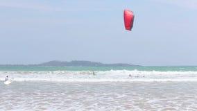 WELIGAMA, SRI LANKA - MÄRZ 2014: Kitesurfer, das in die Wellen und in die Brandung in Weligama, eine weithin bekannte Stelle für  stock video footage