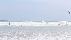 WELIGAMA, SRI LANKA - MÄRZ 2014: Kitesurfer, das in die Wellen und in die Brandung in Weligama, eine weithin bekannte Stelle für  stock video