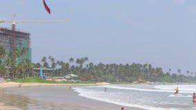 WELIGAMA, SRI LANKA - MÄRZ 2014: Kitesurfer, das in die Wellen und in die Brandung in Weligama, eine weithin bekannte Stelle für  stock footage