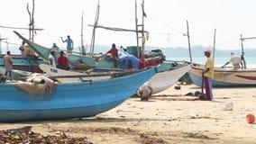 WELIGAMA, SRI LANKA - MÄRZ 2014: Lokale Fischer, die Netze auf Strand nach langer Nachtfunktion sortieren Sie finden es mehr diff stock video footage