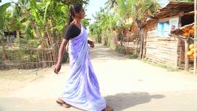 WELIGAMA, SRI LANKA - MÄRZ 2014: Lokale Frau, die hinunter die Straße in Weligama geht Der Ausdruck Weligama bedeutet buchstäblic stock video footage