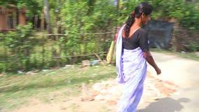 WELIGAMA, SRI LANKA - MÄRZ 2014: Lokale Frau, die hinunter die Straße in Weligama geht Der Ausdruck Weligama bedeutet buchstäblic stock footage