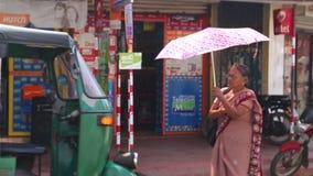 WELIGAMA, SRI LANKA - MÄRZ 2014: Lokale Frau, die hinunter die Straße in Weligama geht Der Ausdruck Weligama bedeutet buchstäblic stock video