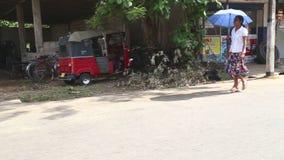 WELIGAMA, SRI LANKA - MÄRZ 2014: Lokale Frauen, die hinunter die Straße in Weligama gehen Der Ausdruck Weligama bedeutet buchstäb stock footage