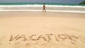 WELIGAMA, SRI LANKA - 7. MÄRZ 2014: Nähernde Wortferien des Meereswogen geschrieben in Sand Tourismus und Fischen sind zwei Haupt stock footage