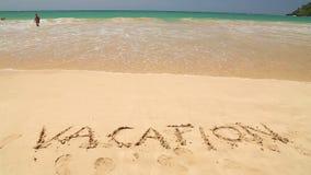 WELIGAMA, SRI LANKA - 7. MÄRZ 2014: Nähernde Wortferien des Meereswogen geschrieben in Sand Tourismus und Fischen sind zwei Haupt stock video