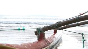 WELIGAMA, SRI LANKA - MÄRZ 2014: Schließen Sie herauf Ansicht eines Bootes in Weligama Der Ausdruck Weligama bedeutet buchstäblic stock footage