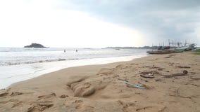 WELIGAMA, SRI LANKA - MÄRZ 2014: Timelapse-Ansicht eines Strandes in Weligama mit den Leuten, welche die Wellen genießen Das Ausd stock video