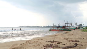 WELIGAMA, SRI LANKA - MÄRZ 2014: Timelapse-Ansicht eines Strandes in Weligama mit den Leuten, welche die Wellen genießen Das Ausd stock video footage