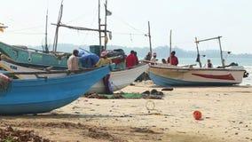 WELIGAMA, SRI LANKA - MÄRZ 2014: Timelapse von den Fischern, die Netze auf Strand nach langer Nachtfunktion sortieren Sie finden  stock video