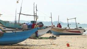 WELIGAMA, SRI LANKA - MÄRZ 2014: Timelapse von den Fischern, die Netze auf Strand nach langer Nachtfunktion sortieren Sie finden  stock video footage