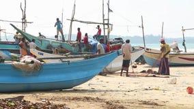 WELIGAMA, SRI LANKA - MÄRZ 2014: Timelapse von den lokalen Fischern, die Netze auf Strand nach langer Nachtfunktion sortieren Sie stock video footage