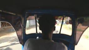 WELIGAMA, SRI LANKA - MAART 2014: Binnenlandse mening van het drijven van een tuktuk in Weligama Tuktuks wordt algemeen gebruikt  stock videobeelden