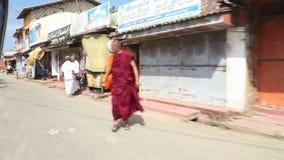 WELIGAMA, SRI LANKA - MAART 2014: Lokaal verkeer van tuktuk in Weligama Tuktuks wordt algemeen gebruikt voor vervoer in het land stock videobeelden