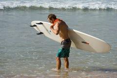 WELIGAMA SRI LANKA, STYCZEŃ, - 09 2017: Niezidentyfikowany mężczyzna surfing Zdjęcia Royalty Free