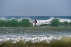 WELIGAMA SRI LANKA, STYCZEŃ, - 09 2017: Niezidentyfikowany mężczyzna surfing Obraz Stock